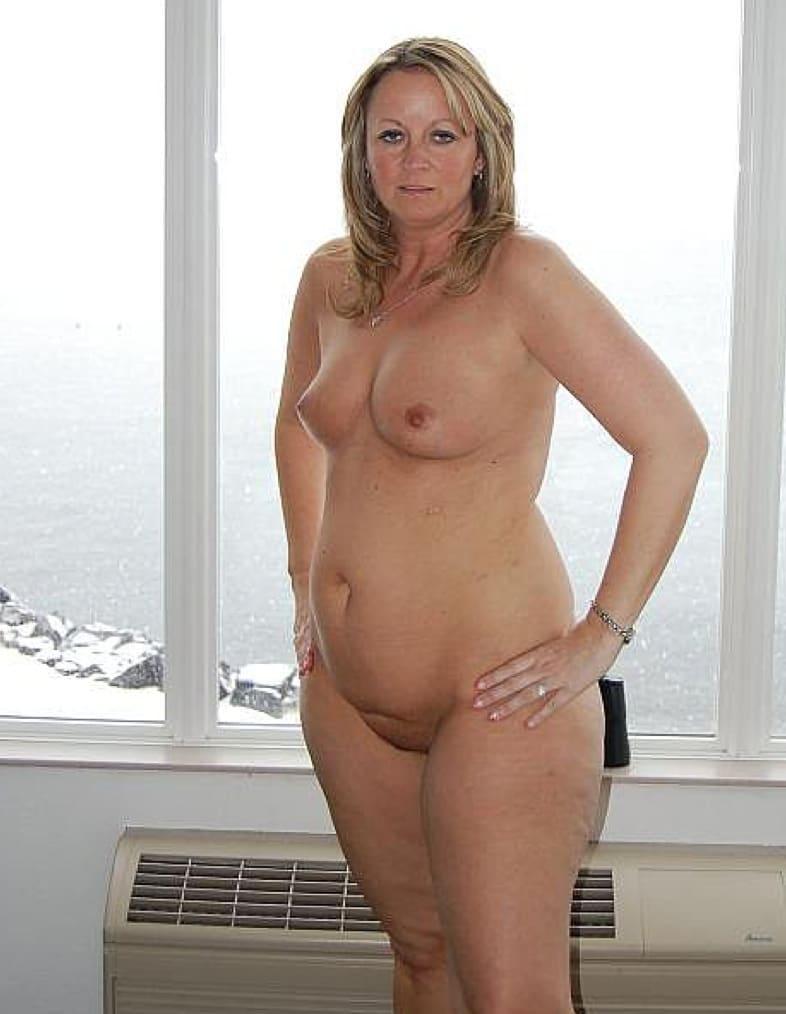 Erika nackt vor dem Fenster